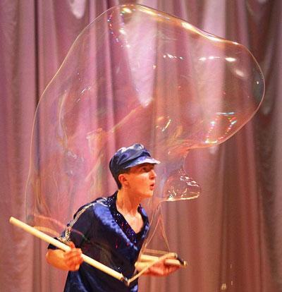 Лев Левченко первым продемонстрировал дончанам искусство создания огромных мыльных пузырей, которые можно даже надеть на человека.