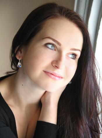 Юлия Карабут, студентка Донецкого госуниверситета экономики и торговли им. Туган-Барановского (факультет маркетинга), вокальный стаж - 13 лет, не замужем
