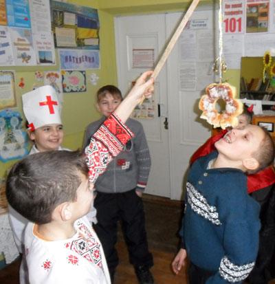 Какова на вкус булка-коляда - об этом первыми узнали мальчишки из Золотоколодезянской школы Добропольского района, после уроков прибежавшие в местную библиотеку щедровать. А взрослые подыграли им, нацепив вкусность на удочку.