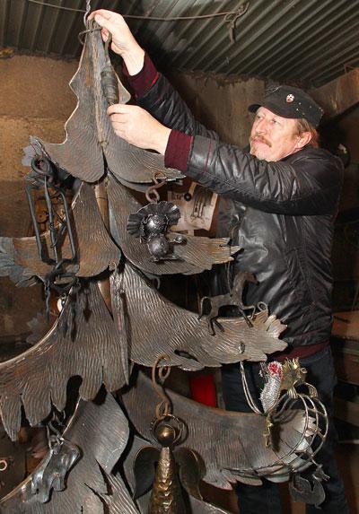 Гильдия кузнецов Донбасса провела 14 января новогодний мини-фестиваль, на котором вырастила металлическую ёлку.
