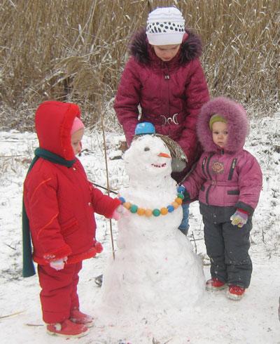 На старый Новый год Донецкую область укрыл долгожданный снег. Красноармейские детишки Люба и Поля Ребенко вместе с Лерой Никулиной в балке у пруда слепили свою первую снежную бабу.
