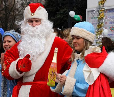 Детское шампанское Йахачу плюс обещание явиться в следующем году вручили самым активным ребятам мариупольские Деды Морозы вместе со Снегурочками. Новогодние герои фестивалили на главной площади вокруг ёлки.