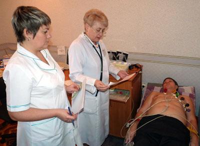 Медсестра Наталья Буйновская и кардиолог Надежда Кушакова помогают стать здоровее очередному пациенту.