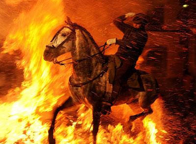 Испанцы своеобразным образом отметили день покровителя всех животных святого Антона. На лошадях они перепрыгивали через пламя.