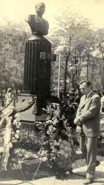 Известный певец Валерий Ободзинский отдает дань памяти воинам-освободителям у памятника Гурову в центре Донецка.