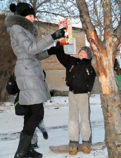Из-за выпавшего снега отыскать пропитание городским птицам становится всё труднее. Приятно, что на помощь пернатым приходят именно дети