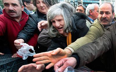 25 января в Греции прошли целые баталии за еду. Люди толкались и дрались за бесплатный лук и другие овощи, которые привезли фермеры из Фив.