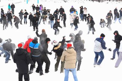 В воскресенье на площади Ленина в Мариуполе состоялась настоящая снежная битва.