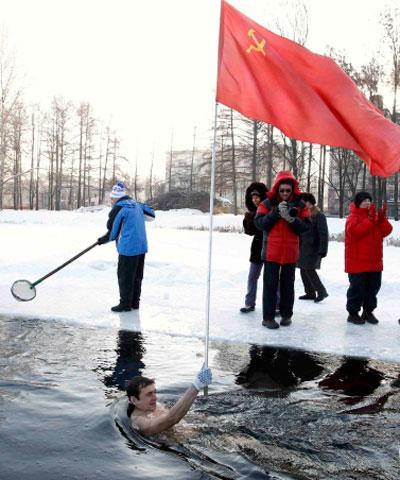 В честь 68-й годовщины освобождения Ленинграда от фашистской блокады жители города провели праздничный заплыв в Парке Победы.