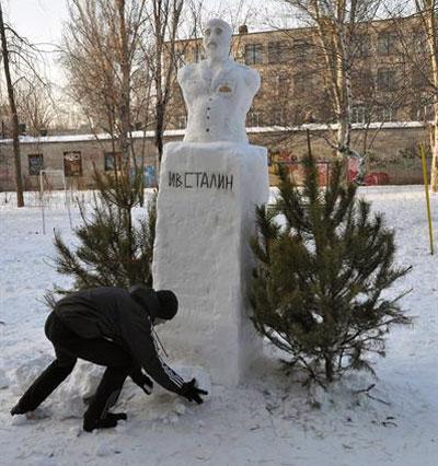 Вот такой оригинальный снежный памятник Сталину установил в Шевченковском районе Запорожья 28-летний местный житель по имени Александр.