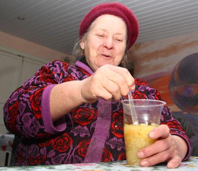 В территориальном центре Киевского района обед скромный, но пенсионерка рада и этому.