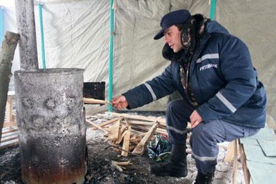 Чтобы сохранять тепло, Дмитрию Бондарю приходится раскочегаривать топку каждые 15 минут.