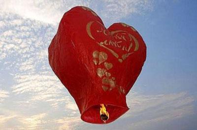 Подарок ко Дню Святого Валентина. Китайский фонарик можно будет приобрести на месте проведения акции. А после - подарить его небу!