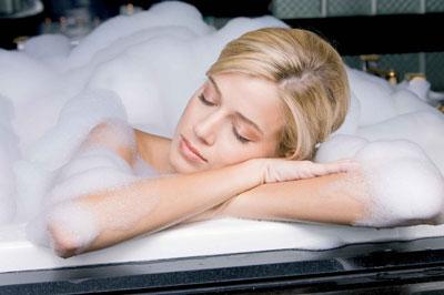 Французы обожают ванны. И принимают их при любом недомогании, которое сопровождается повышенной температурой. Только не горячую и не холодную, а - температуры тела.