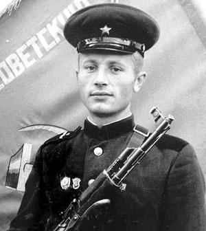 Ефрейтор Владимир Шендель за отличные показатели в боевой и политической подготовке был награжден в сентябре 58-го фотографией у развернутого знамени части.