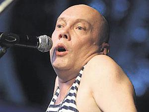 Владимир Комаров (1964) - украинский комик, экс-участник группы Маски, сейчас - солист группы Д-ръ БрМенталь.
