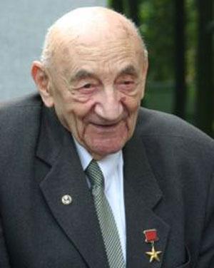 Борис Черток (1912) - советский, российский ученый-конструктор, один из ближайших соратников Сергея Королева, академик, умерший в декабре 2011-го, за полгода до своего столетия.