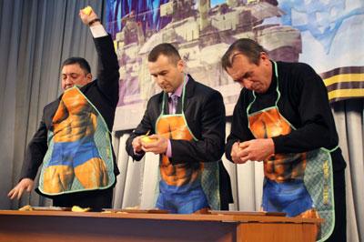 Изюминкой празднования Дня защитника Отечества в актовом зале ГУ МВД Украины в Донецкой области стало забавное состязание. Приглашенные из зала мужчины демонстрировали умение надевать противогаз, наматывать портянки и даже чистить картошку.