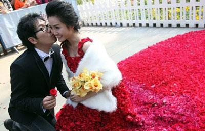 Подвенечное платье из 9,999 алых роз преподнес своей возлюбленной китайский дизайнер Ксяо Фан, чтобы покорить ее сердце.