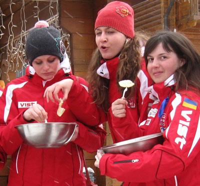 Буковель. Среди участников фестиваля было много стройных красавиц. Однако разве могут угнаться девушки за голодным спортсменом?