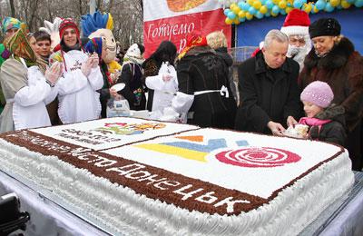 Александр Лукьянченко отдал свой кусок торта ребенку.