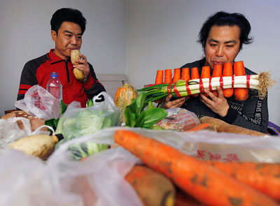 Два брата из Пекина доказали, что музыке все овощи покорны. Нан Вайдон и Нан Вейпинг соорудили музыкальные инструменты из лука, моркови и корня лотоса.
