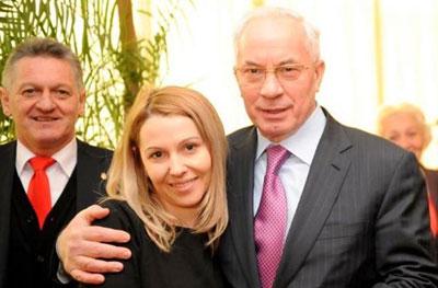 Премьер-министр осуществил мечту барышни из Мукачева, работающей в местной райгосадминистрации. С сентября прошлого года она донимала Азарова в Фейсбуке просьбой сфотографироваться с ним.