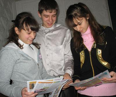 Редколлегия газеты РВС Ольга Гаврильченко, Андрей Ревякин и Аннета Любарцева обсуждают вышедший номер.