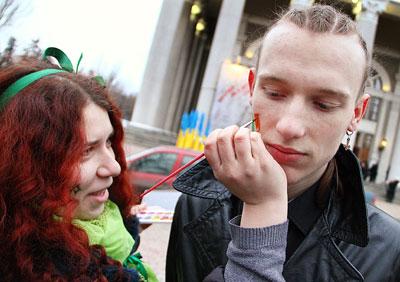 Около полусотни почитателей ирландской культуры в Донецке вышли в субботу на парад в честь Дня святого Патрика.