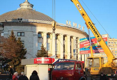 Из-за того, что Виктор Янукович и президент Туркменистана Гурбангулы Бердымухамедов посетили представление для детей-сирот в Национальном цирке Украины, на площадке возле здания в спешном порядке навели марафет.