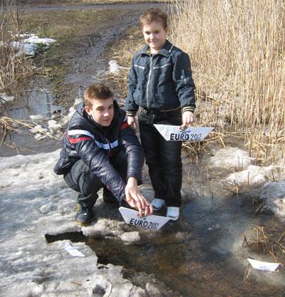 Красноармейские мальчишки отправились встречать весну-2012 на улицу Лермонтова. Когда-то здесь протекала речка Гришанка, а сейчас можно разве что пускать кораблики.