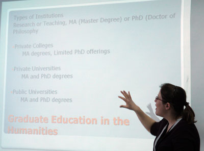 Дезери Ходиш рассказывает участникам конференции о возможностях получения образования в Америке.