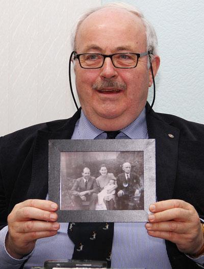 Дэвид Чарльз Мандэр показывает семейное фото. В центре - его мать, урожденная мисс Юз.