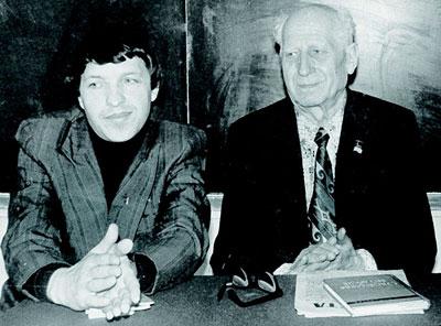 Молодой поэт Иван Билый и корифей литературы Павел Байдебура, которого юбиляр в свое время редактировал. До сих пор помнит, как Павел Андреевич угощал его у себя дома знаменитой настойкой семитравкой собственного изготовления.