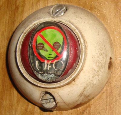 Звонок в квартиру донецкого уфолога Сергея Осичного предупреждает: инопланетянам вход воспрещен.
