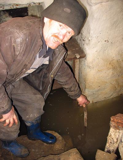 Вода в подвале Сергея Семыкина постепенно идет на убыль.