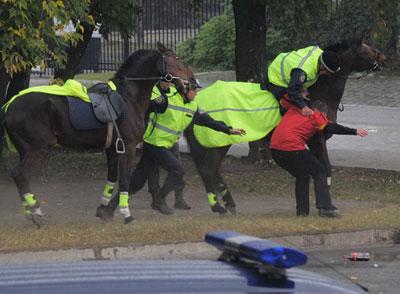 Кавалеристы отрабатывают задержание преступника.