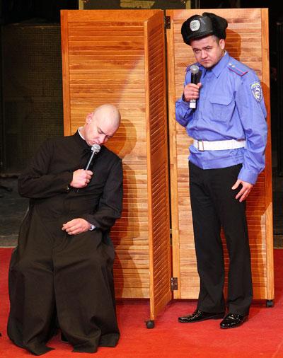 Священник в исполнении Евгения Кошевого, который садится за руль пьяным, остается таким же и во время исповеди. Тогда как гаишник Юрий Крапов стремится облегчить душу.