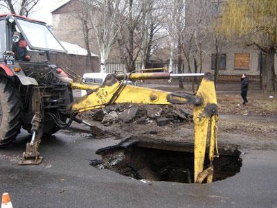На проезжей части одной из улиц Константиновки обрушилась дорога, образовав глубокий провал шириной около полутора метров.