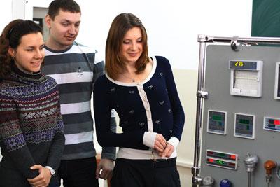 Кафедре автоматизации Приазовского государственного технического университета мариупольские предприятия подарили стенд стоимостью 25 тыс. грн., включающий приборы и датчики для разработки новых лабораторных установок.