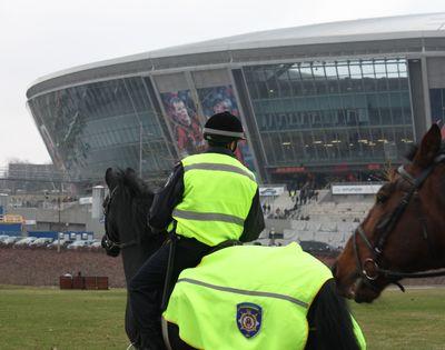 конный патруль возле Донбасс Арены