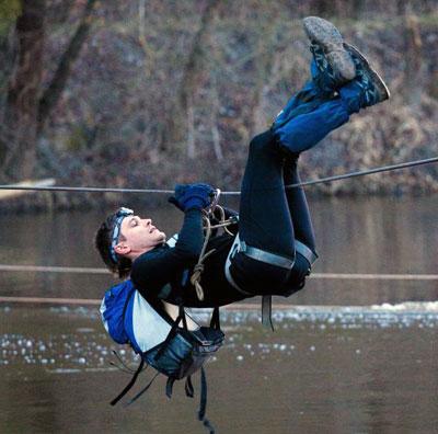 На святогорском турслете можно не только переправиться по веревкам через реку, но и висеть на них хоть целый день!