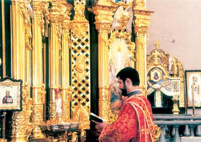 Занимаясь в педучилище, баянист Володя Коржевич даже не подозревал, что судьба приведет его в священнослужители (на фото справа он - в Спасо-Преображенском кафедральном соборе).