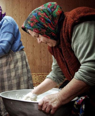 Зинаида Роганова замешивает пресное тесто для просфор на пасхальные праздники.