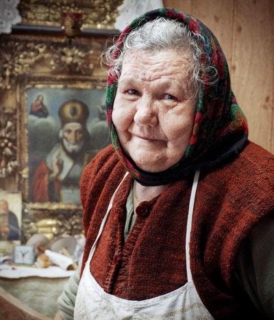 Зинаида Роганова уже 16 лет просеивает муку и замешивает тесто в артемовском Свято-Николаевском храме.