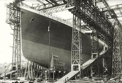 Титаник перед спуском на воду. Кстати, власти Белфаста к столетию драматического плавания открыли центр, посетители которого смогут перенестись на судостроительные верфи начала XX века, где был построен легендарный лайнер.