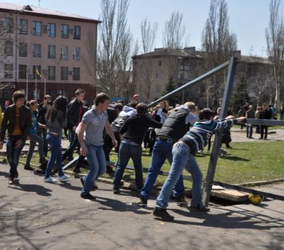 http://donbass.ua/multimedia/images/content/2012/04/14/protest/protest_hram_3.jpg