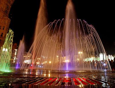 Первым после зимы в Киеве запустили обновленный фонтан Крещатик. Теперь он светомузыкальный.