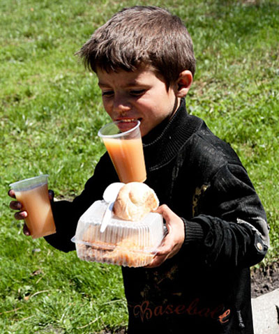 Львовские студенты впервые провели предпасхальную акцию Накорми бездомного. Гречка, котлета, салат, хлеб и сок - таким был обед для 250 ребят.