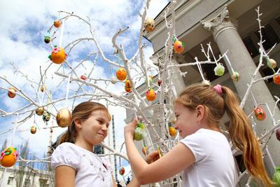 Дончанки Аня Зайцева и Мишель Кабо увлеклись созданием писанок, которыми можно украшать... даже деревья!